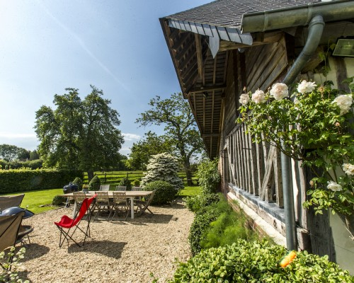 Pignon colombages fleurs blanches, La Vie de Cocagne location maison de vacances de charme Deauville