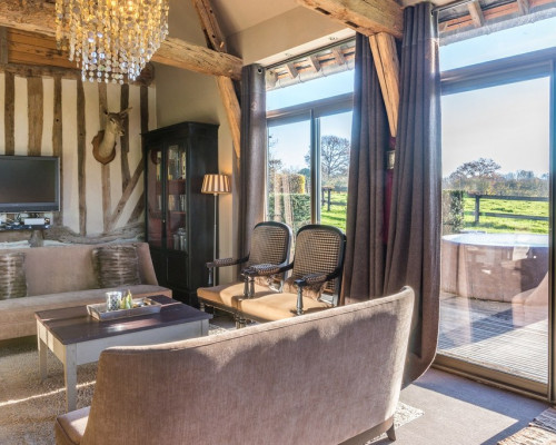 Le salon vue sur le jacuzzi, gite de charme proche de Deauville